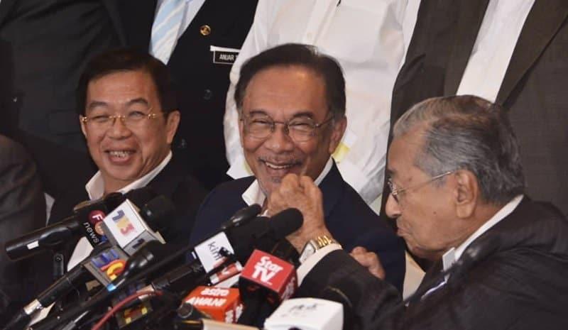 'Kita lawanlah', Dr M tunjuk penumbuk pada Anwar