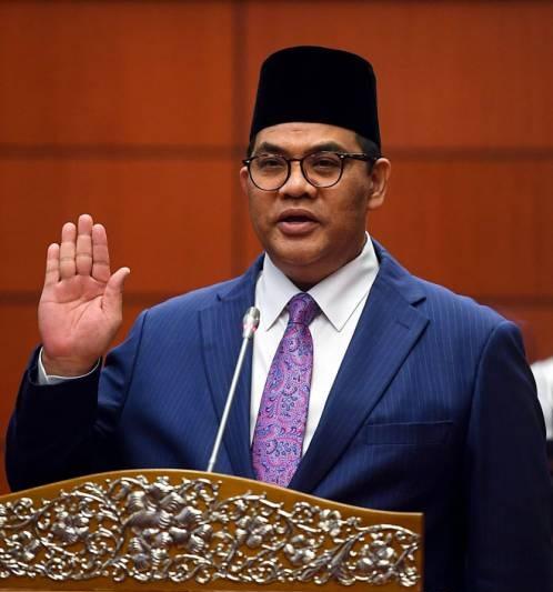 Pegawai khas Pak Lah angkat sumpah sebagai senator